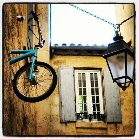Les v los qui grimpent au mur montpellier h rault midi pyr n es grand sud insolite et - Accroche velo mur ...