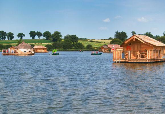 Dormir dans une cabane sur l eau dans le village flottant de pressac pressac vienne - Dans quelle direction dormir ...